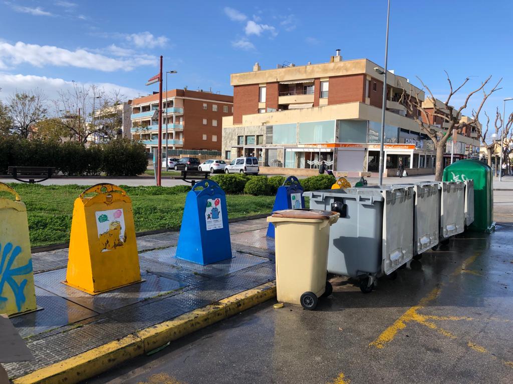 Primers treballs de desinfecció a les zones de contenidors