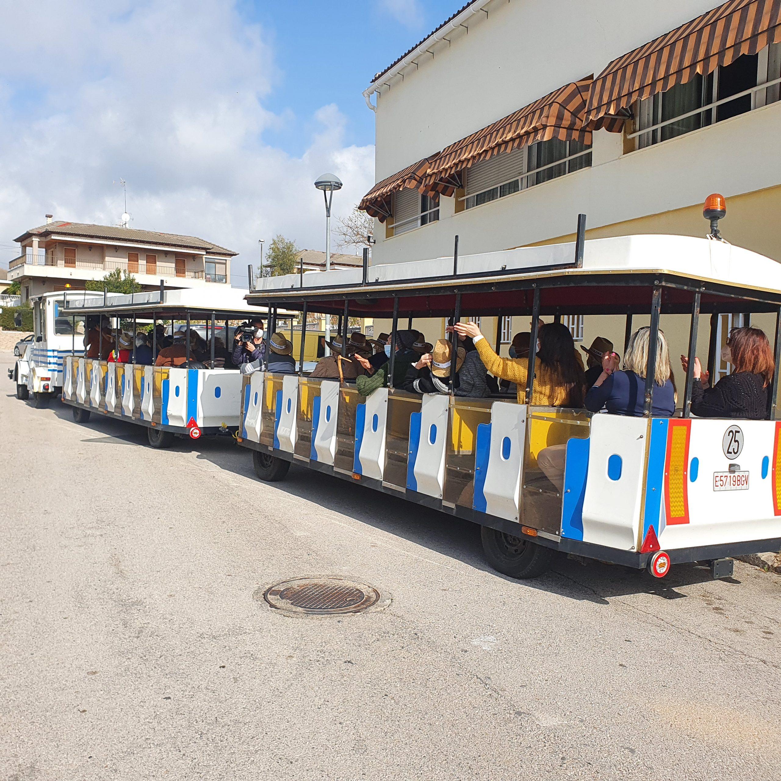 La Residència l'Alzina de Cunit organitza una sortida en trenet després d'un any sense sortir