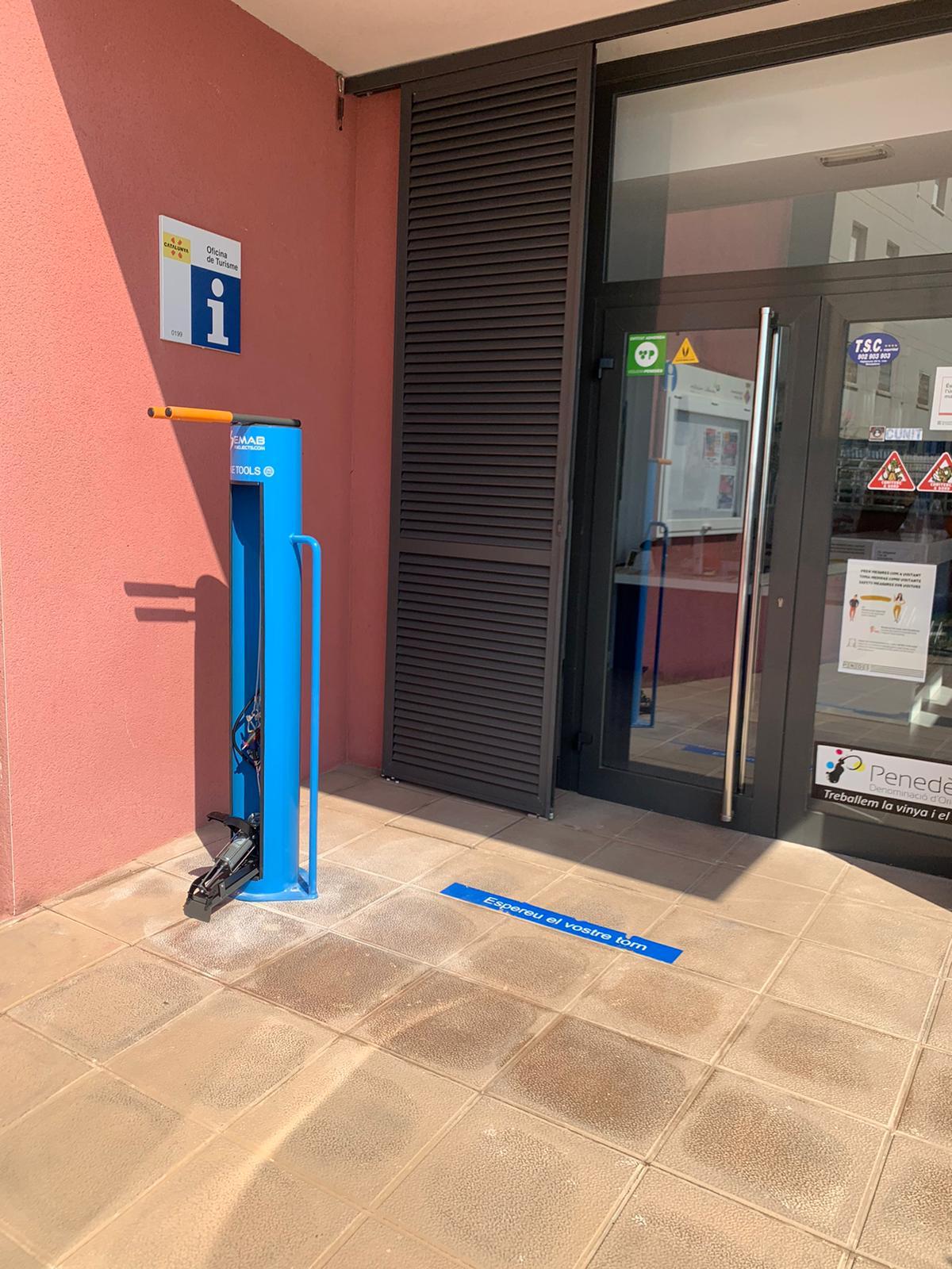 L'ajuntament instal·la dos punts d'eines per a bicicletes