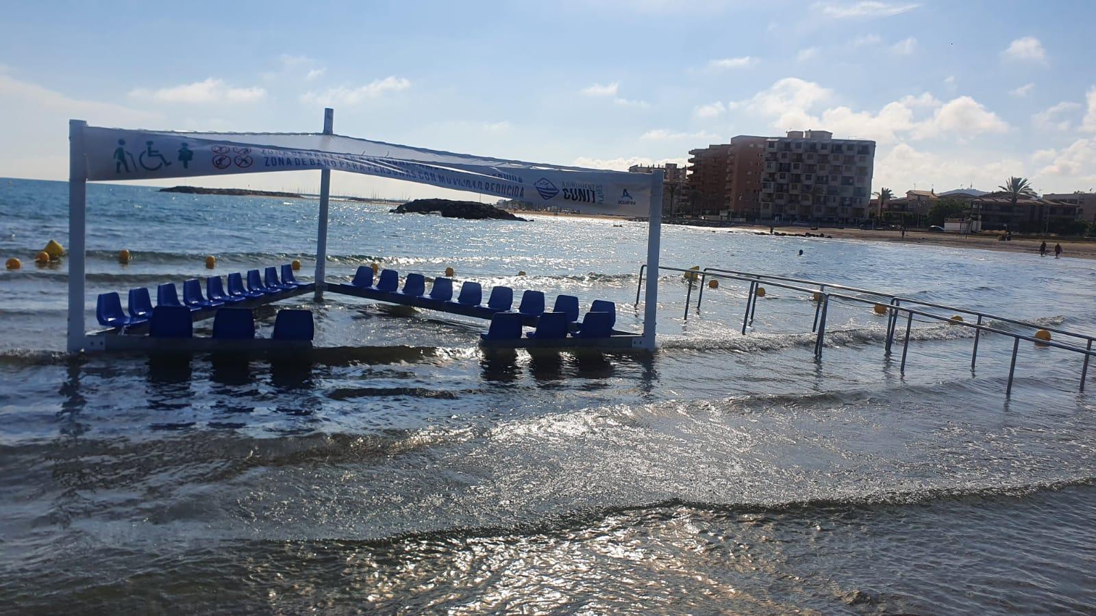 Zona de bany adaptada a la platja de Cunit
