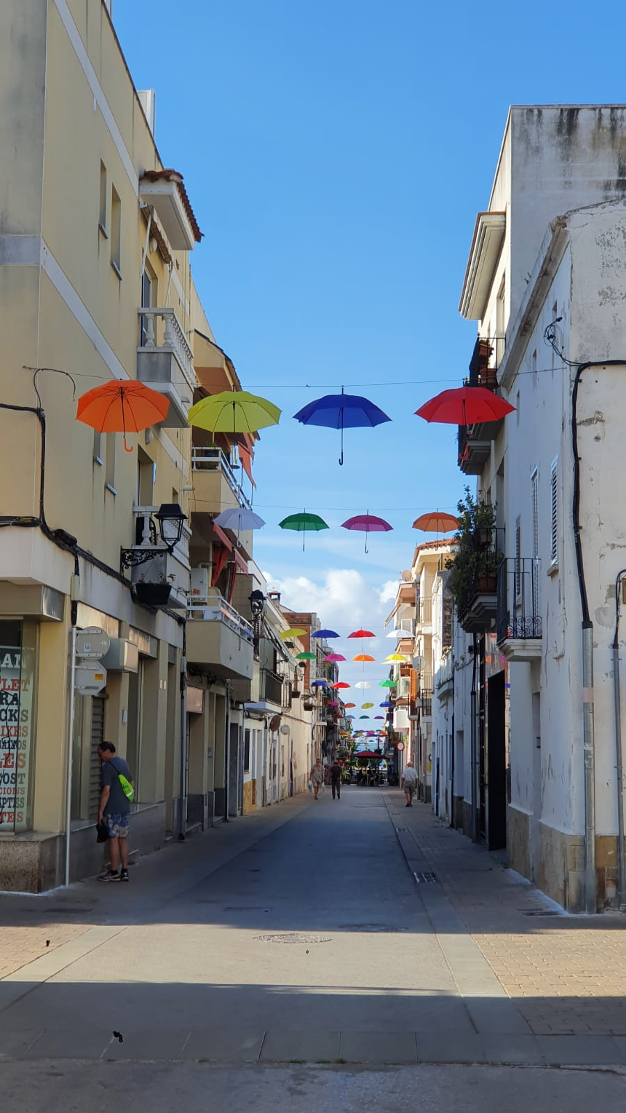 Cunit decora els carrers del centre amb paraigües de colors